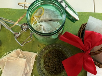 How to Make a Holiday Herbal Bathtub Relaxation Soak